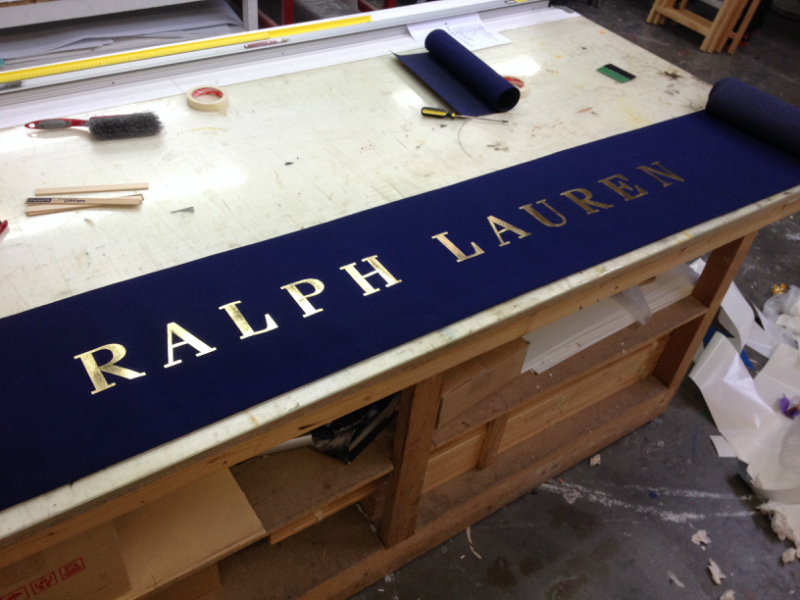 Handlettering And Gilding Of A Shop Canopy Nieuws