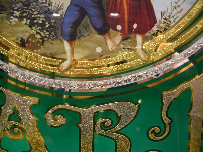 Een renaissance van decoratieve schilderkunst achter glas
