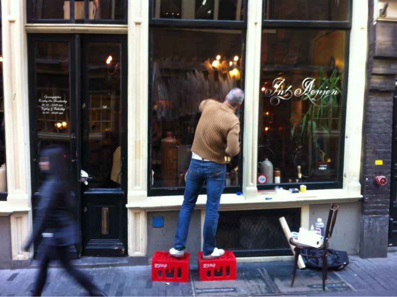 Het raam van Café in 't Aapje in Amsterdam met de hand letterschilderen