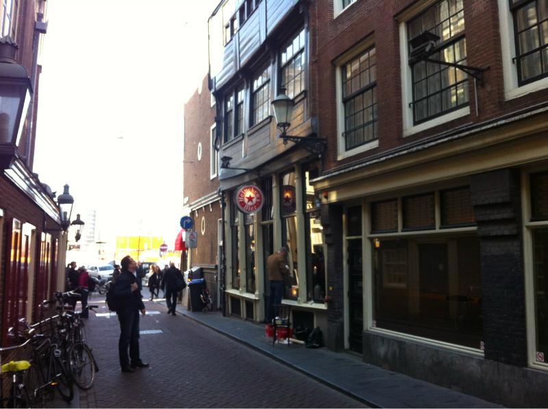 Het raam van Cafu00e9 in u0026#39;t Aapje in Amsterdam met de hand ...