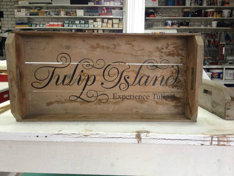 Handgeschilderde letters in houten antieke fietsdoos
