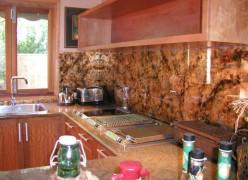 Rijkelijk gedecoreerde keukenspatplaat met onder andere koperblad met glaceringen Bruce Jackson
