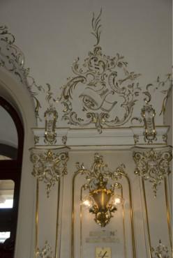 Ornamenten op pleisterwerk voorzien van vergulding