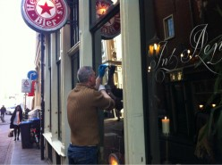 Origineel handgeschilderde lichtbak boven cafe het aapje te Amsterdam