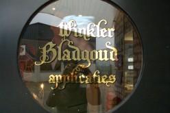 Bladgoud letters op raam in deur door Schitterend.eu gemaakt